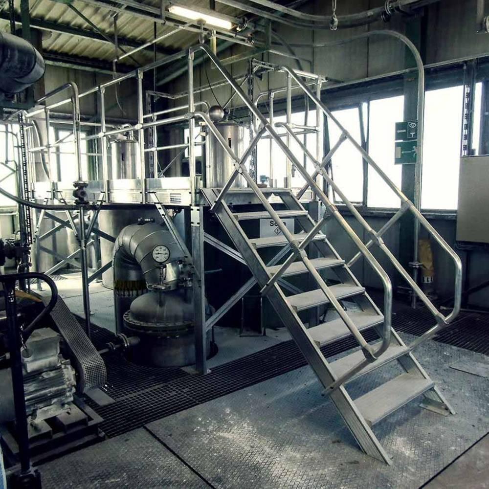 Aluminiowa platforma robocza służąca pracom konserwacyjnym przy maszynach