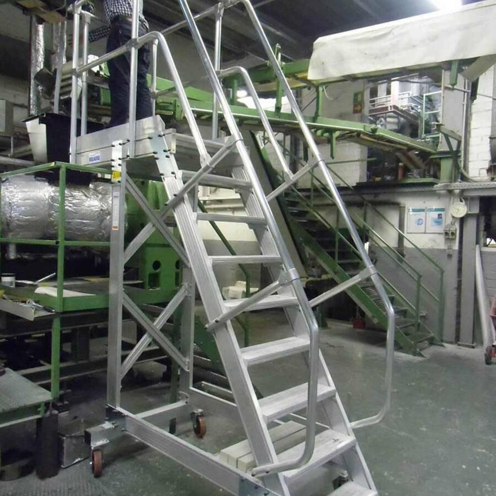 Konserwacja maszyny przy użyciu schodów ruchomych z platformą