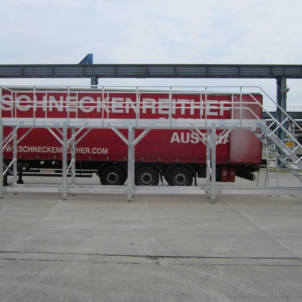Platforma robocza używana podczas konserwacji samochodu ciężarowego