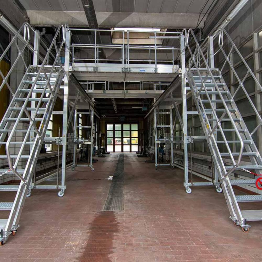 Jezdna platforma robocza z obustronnym zastosowaniem schodów wleczonych