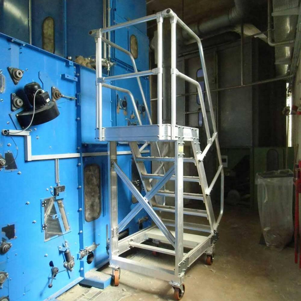 Prace naprawcze przy użyciu schodów ruchomych z platformą