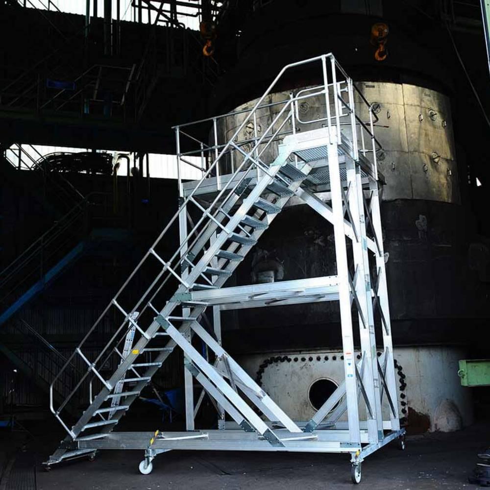 Schody jezdne z platformą pomocne przy konserwacji maszyny