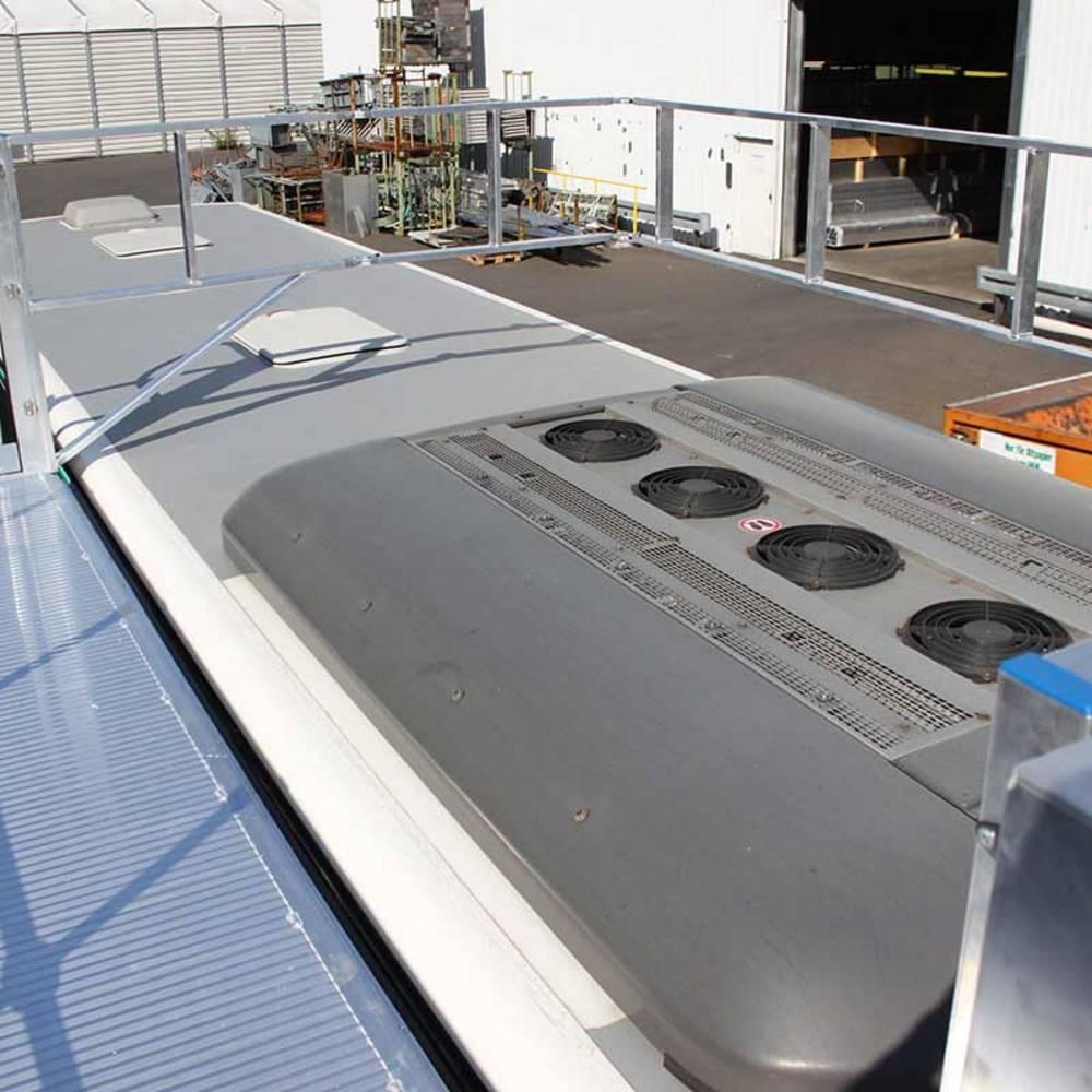 Jezdna platforma robocza ze składaną barierką