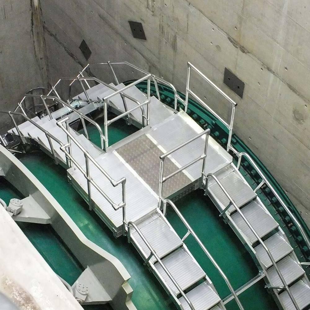 Aluminiowy pomost przejściowy nad turbiną