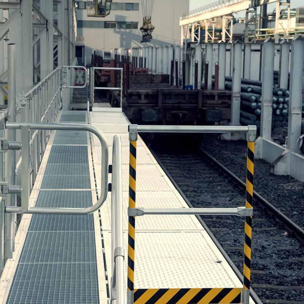 Składana platforma robocza używana przy pracach konserwacyjnych pociagu