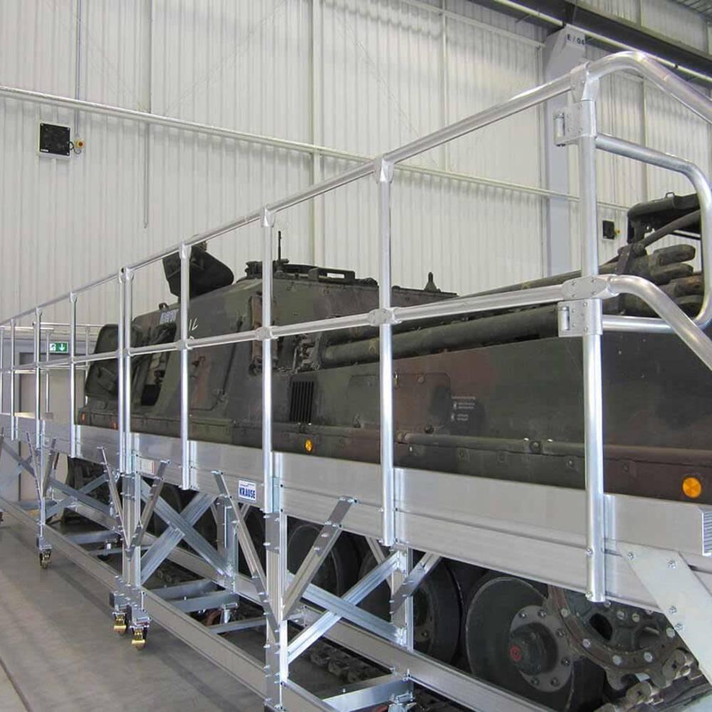 Schody jezdne z platformą służące do użytku podczas konserwacji czołgów