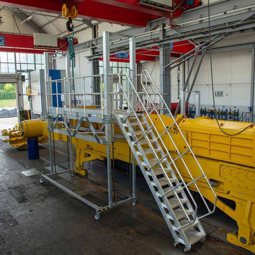 Przykład zastosowania jezdnej platformy roboczej z regulacją wysokości przy pracach konserwacyjnych maszyn