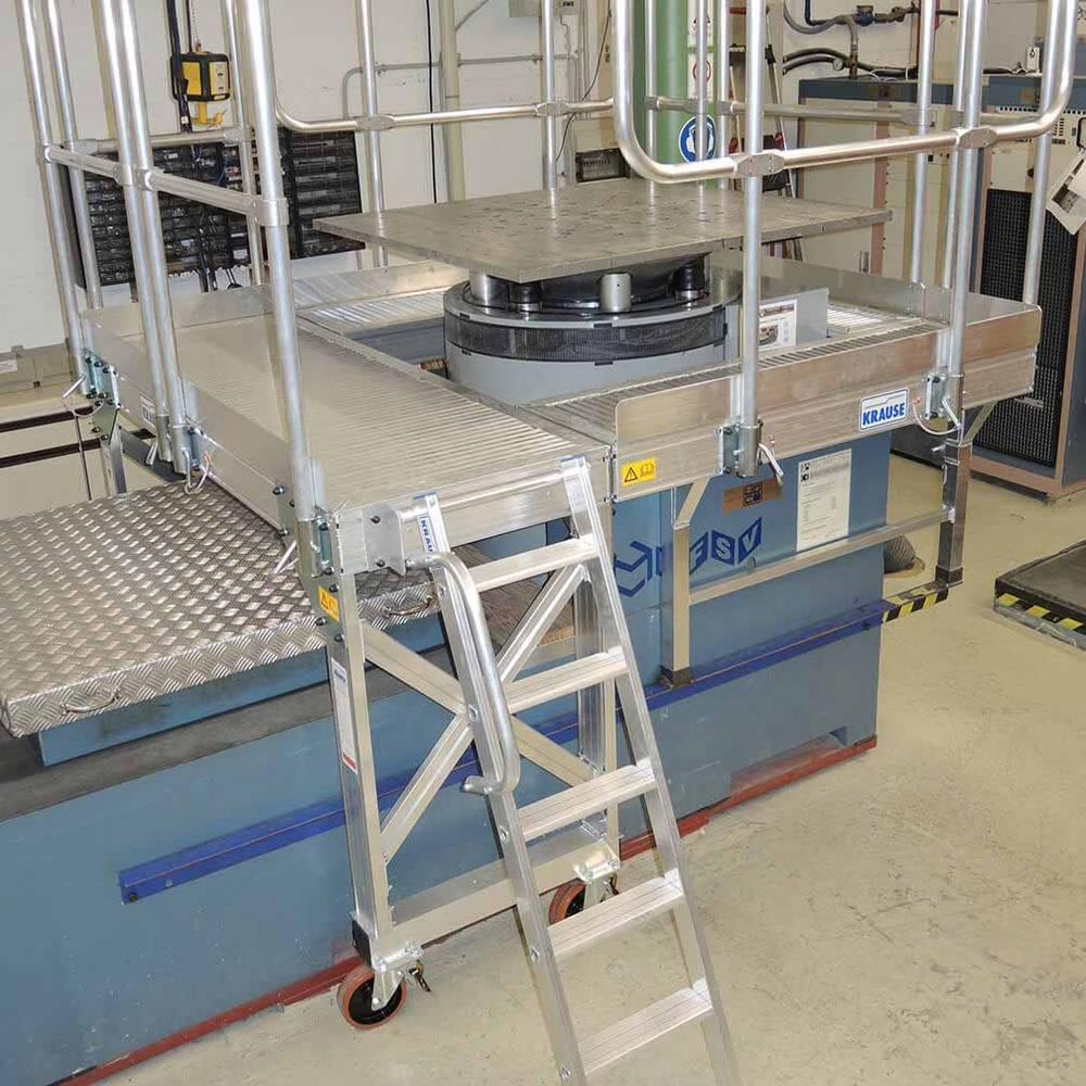 Platforma roboczna z drabiną ze stopniami do obsługi maszyn