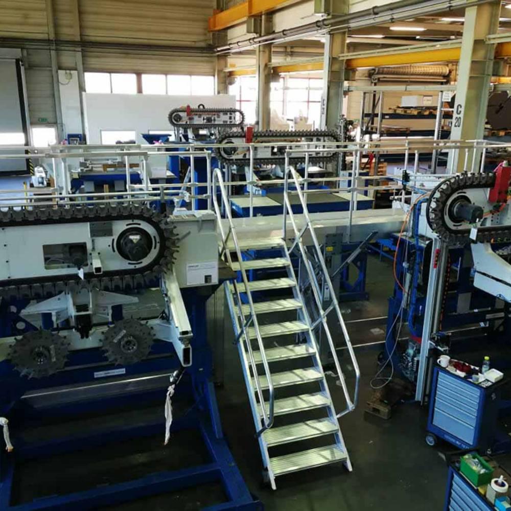 Platforma robocza ze schodami do konserwacji maszyn