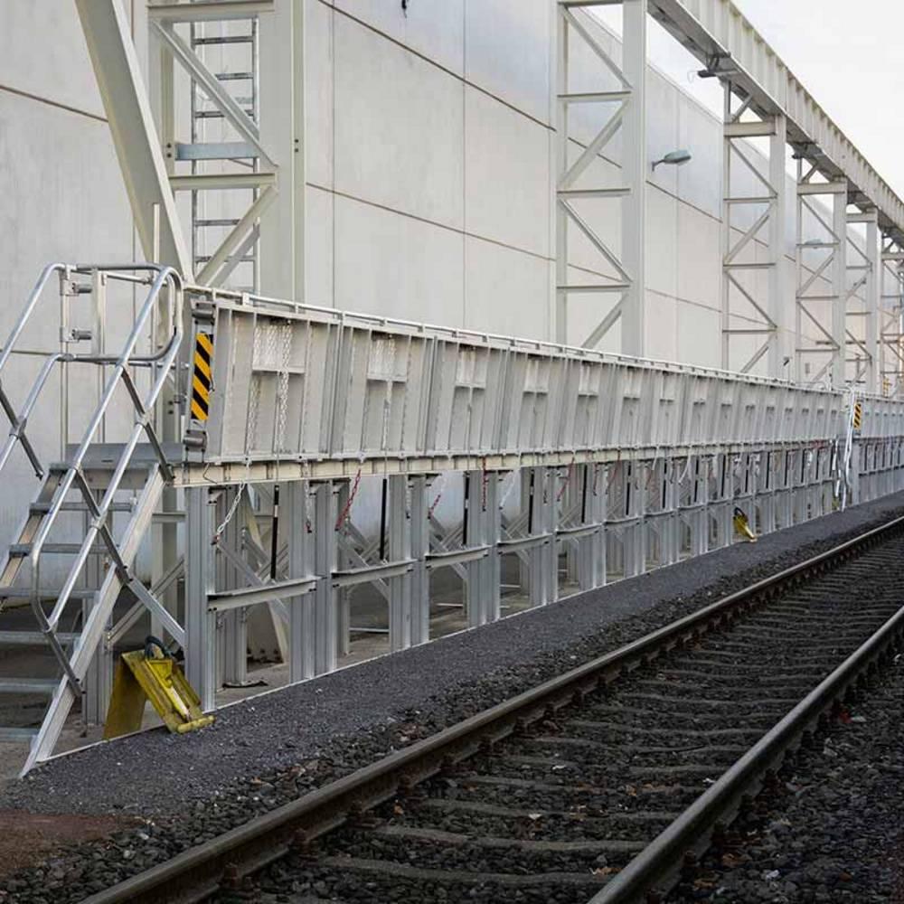 Stacjonarna platforma robocza służąca przy pracach konserwacyjnych pociągu