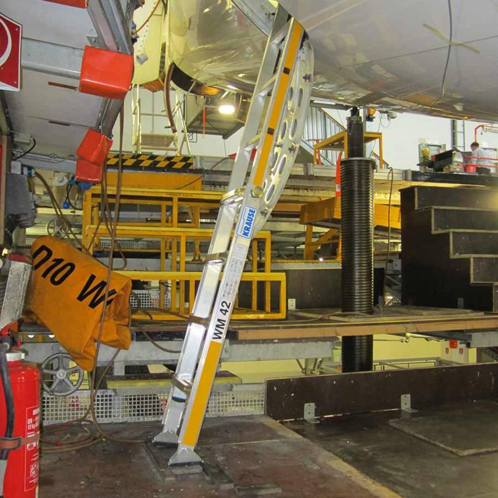 Specjalna drabina o regulowanej wysokości do obsługi technicznej smolotów