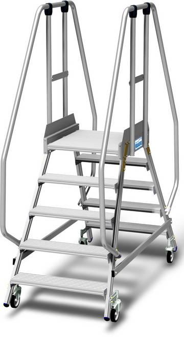 Aluminiowy podest jezdny z dwustronnym wejściem, wyposażony w głębokie stopnie oraz dużą platformę roboczą chronioną barierkami o wysokości 1,1 m, z listwą przypodłogową o wysokości 15 cm dla wygodnej i bezpiecznej pracy.
