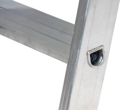 """Drabina regałowa do przesuwania na prowadnicy o profilu """"T"""" - wytrzymałe, wpustowe połączenie podłużnic z profilowanymi głębokimi na 80 mm stopniami zapewniającymi bezpieczne wejście i wygodną pracę"""