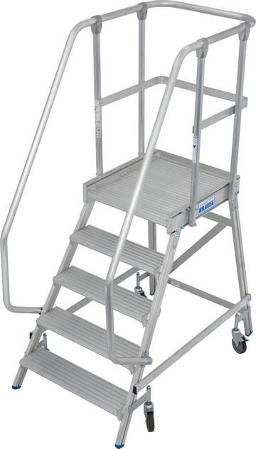 Aluminiowy podest jezdny z jednostronnym wejściem wyposażony w głębokie stopnie z obustronną poręczą oraz dużą, chronioną barierkami platformę roboczą gwarantującą bezpieczeństwo i wygodę prac.