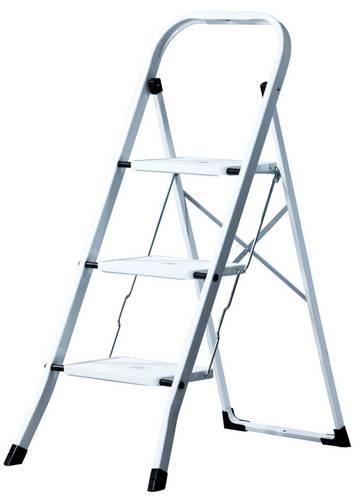 Poręczne stalowe schodki składane z dużą platformą zapewniającą komfortowe użytkowanie.