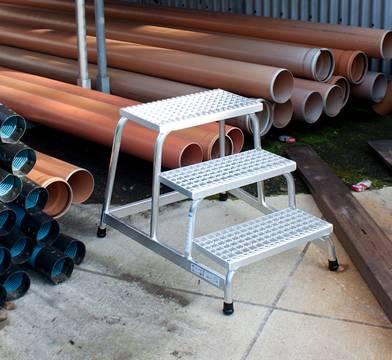 Przykład zastosowania schodków montażowych ze stopniami z kraty aluminiowej