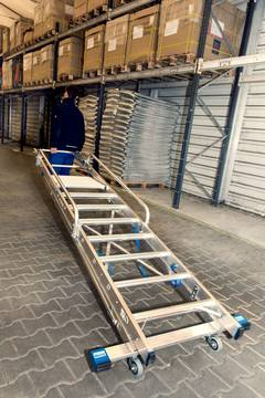 Przykład zastosowania drabiny wolnostojącej, jezdnej z platformą oraz barierkami zabezpieczającymi