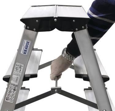 Schodki dwustronne składane Treppo - lekko obsługiwana wielofunkcyjna blokada zapobiegająca samoczynnemu złożeniu się schodków
