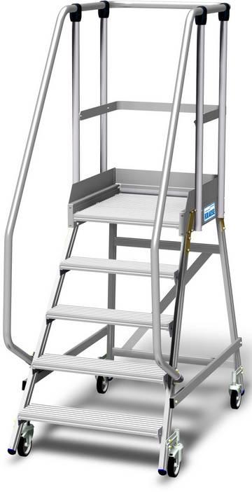 Aluminiowy podest jezdny z jednostronnym wejściem, wyposażony w głębokie stopnie oraz dużą platformę roboczą chronioną barierkami o wysokości 1,1 m, z listwą przypodłogową o wysokości 15 cm dla wygodnej i bezpiecznej pracy.