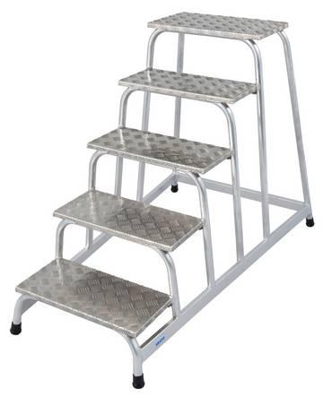 Aluminiowe schodki montażowe z antypoślizgowymi stopniami do wymagających zastosowań przemysłowych.