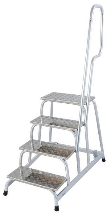 Aluminiowe montażowe schodki jezdne z antypoślizgowymi stopniami i pałąkiem wejścia do wymagających zastosowań w przemyśle.