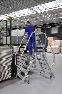 Przykład zastosowania  jezdnego podestu roboczego, z dwustronnym wejściem, powiększoną listwą przypodłogową i wydłużonymi barierkami wg. PN EN 131-7