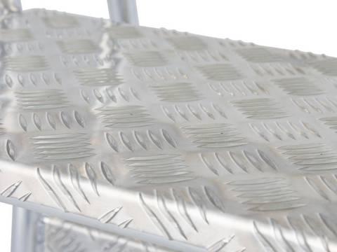 Schodki montażowe - stopnie o głębokości 240 mm z aluminiowej blachy ryflowanej gwarantujące bezpieczne wejście i zejście