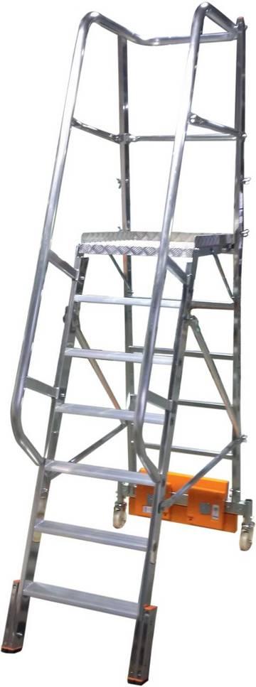 Aluminiowy podest jezdny z jednostronnym wejściem, wyróżniający się podstawą o niewielkich wymiarach, ze zróżnicowaną szerokością stabilizatora oraz możliwością indywidualnego balastowania ciężarkami. Rozwiązanie idealne do wąskich przejść między regałami.