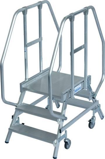 Aluminiowy podest jezdny z dwustronnym wejściem, wyposażony w głębokie stopnie z obustronną poręczą oraz dużą, chronioną barierkami platformę roboczą, gwarantującą bezpieczeństwo i wygodę prac.
