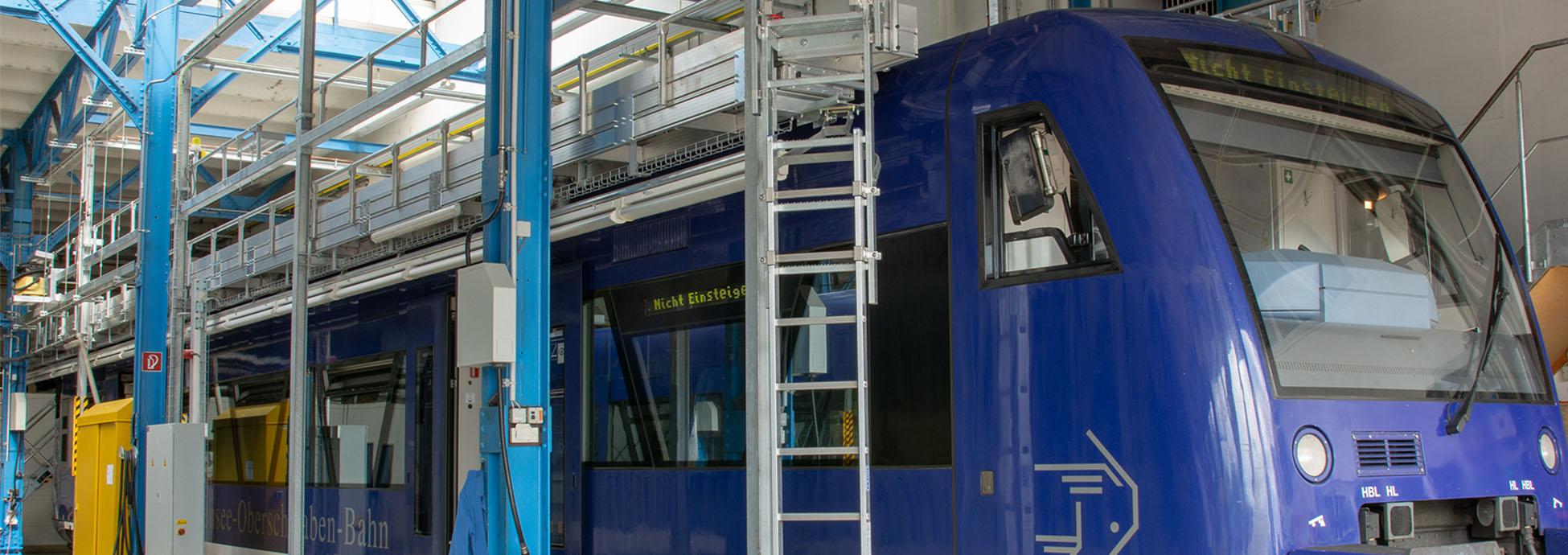 Platforma robocza do prac dachowych - mocowana na stałe, z elektrycznie wysuwanymi bocznymi pomostami oraz dostępem za pomocą schodów