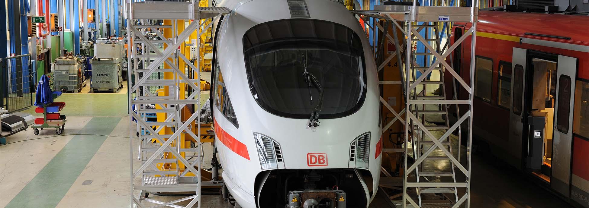 Aluminiowa jezdna platforma robocza do prac konserwacyjnych prowadzonych na dachu pojazdów szynowych
