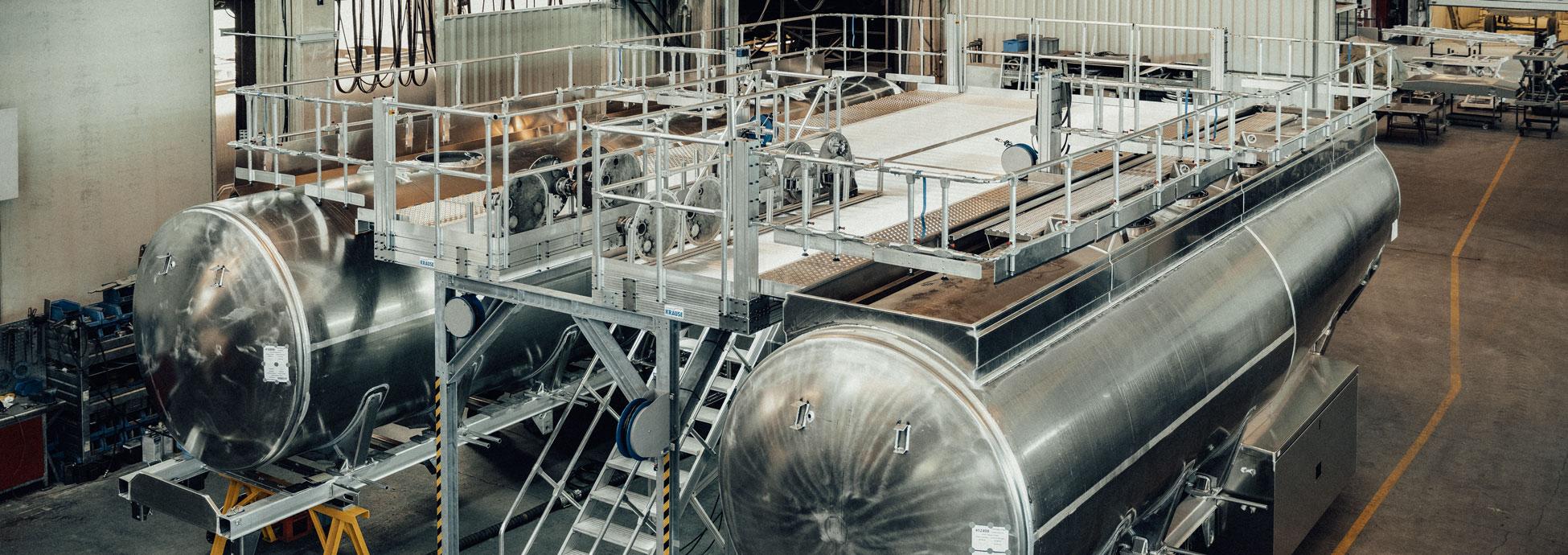 Dwustronna platforma robocza z dostępem za pomocą schodów