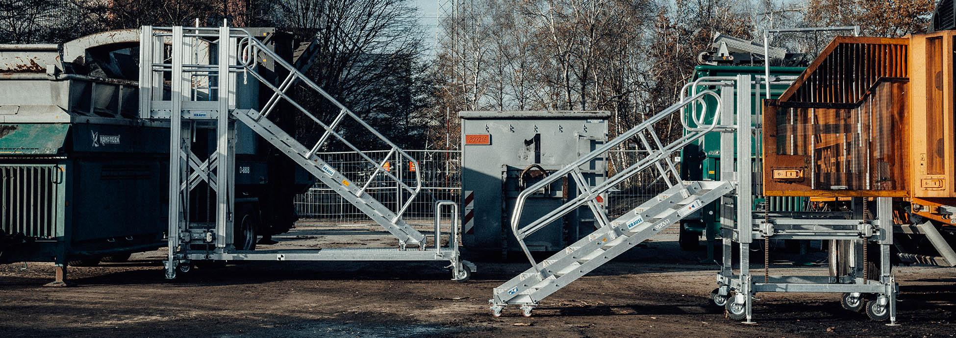 Jezdna platforma robocza z regulowana wysokością z wejściem za pomocą schodów wleczonych
