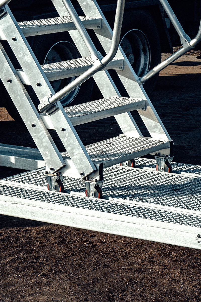 Konstrukcja schodów dostosowująca się do każdej wysokości platformy zapewniająca bezpieczne użytkowanie