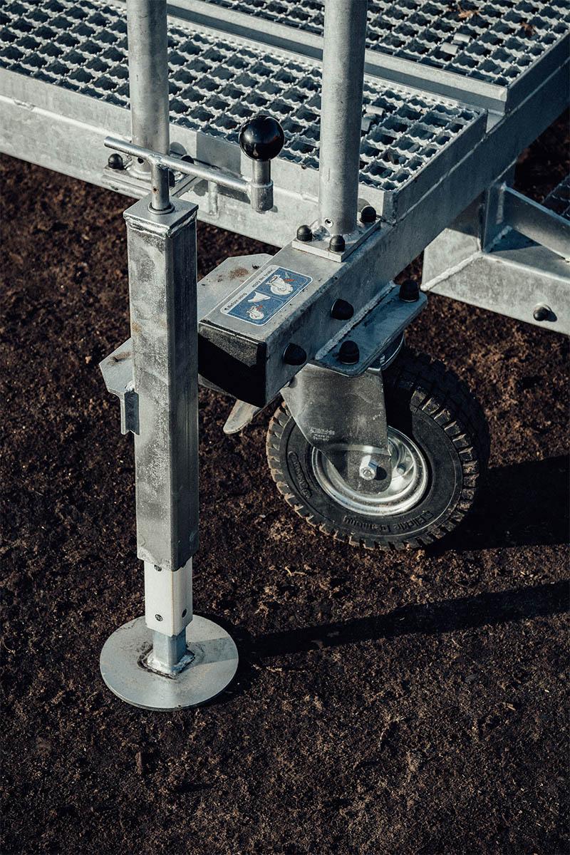 Stopy regulowane i rolki jezdne zapewniają  komfortowe przejeżdżanie i stabilność podczas użytkowania